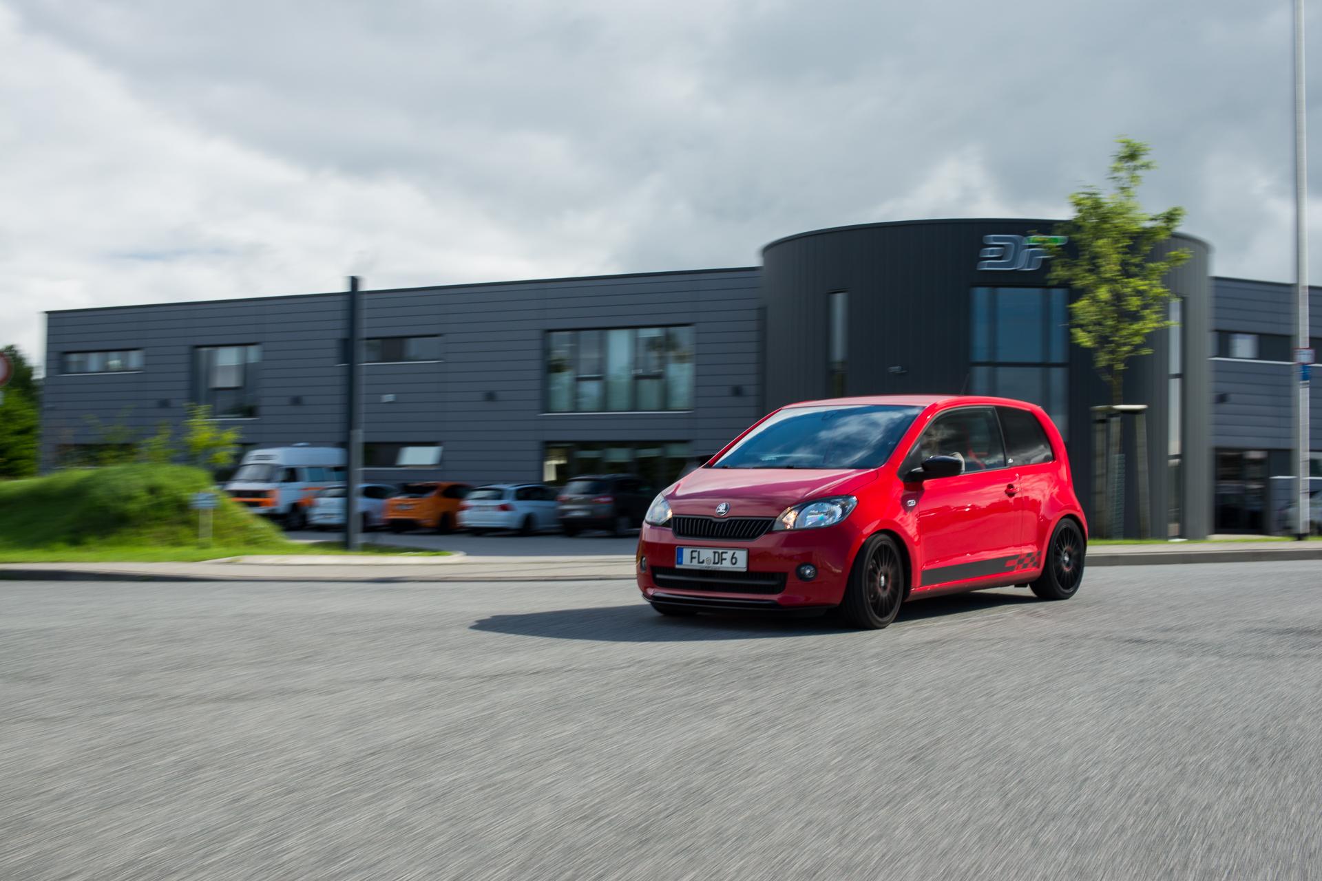 Skoda Citigo Tuning: So schnell wird dein Auto zum Rallyewagen. OZ Superturismo GT Felgen und KW Gewindefahrwerk Variante 1 sorgen für den extra sportlichen Look.